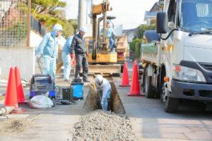 道路の下に敷設されている水道管の耐震化を行っています。 また現在は各務原市にある学校の空調設備の整備工事も手がけています。